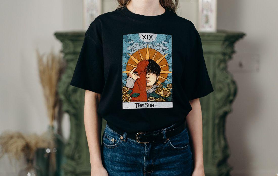Fekete póló A4 méretű, egyedi fényképpel, felirattal